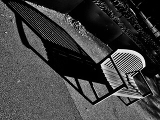 ベンチの影、ながい影。改