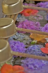 手水舎の水盤が花の水盆になってます。