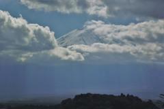富士山:雲間から顔を出す。