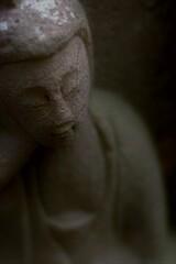 陰影ある石仏。