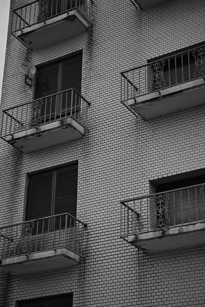 廃ビルを横から