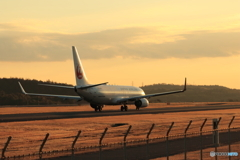 飛行機のある夕景
