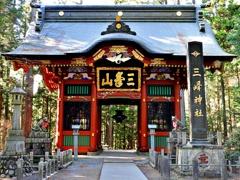 三峯神社の随身門