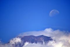 富士山頂に残月