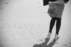 砂浜にヒール  Leica summar