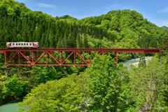 新緑をまたぐ赤い鉄橋