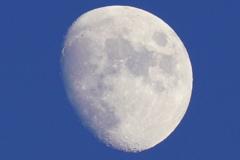 明るい空の月