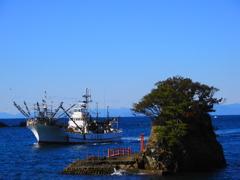 漁船と浮島