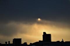 曇り空の朝日