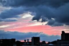 赤と黒の日の出空