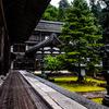 雨したたる仏殿