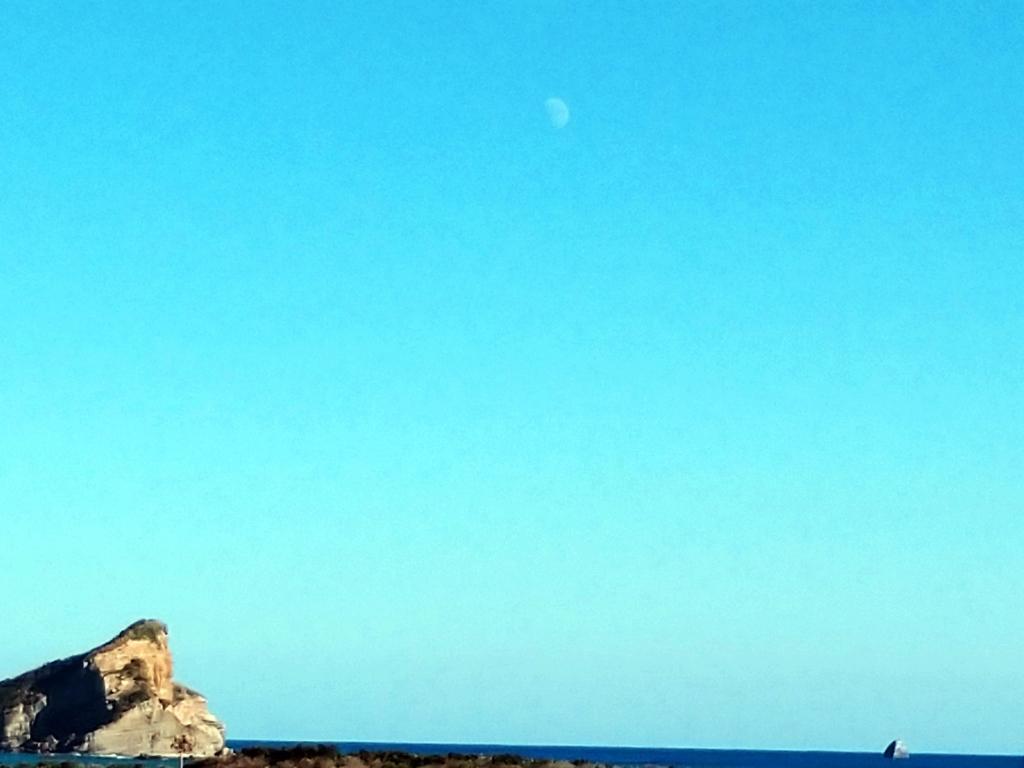 2つの岩の延長線が交わる所に白い月