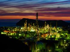 黄昏時のJXTGエネルギー和歌山製油所