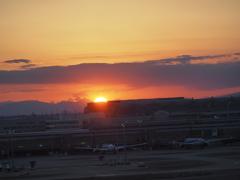 羽田空港の夕陽