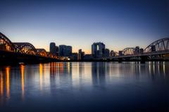 淀川から見る大阪の夜明け