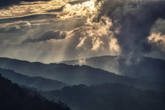 朝焼けと雲と光芒