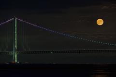 満月と明石海峡大橋