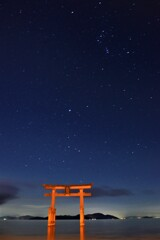 星夜の湖中鳥居