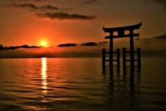 湖中鳥居の日の出