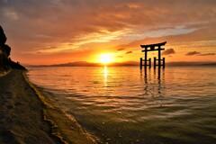 湖中鳥居と朝日の饗宴