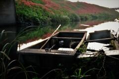 川辺の小舟 1