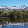 知床連山と新緑の湖