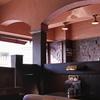 独特な赤茶色の壁天井