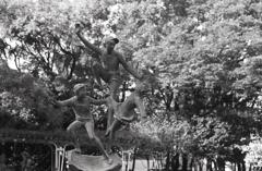 飛び跳ねる子供たち