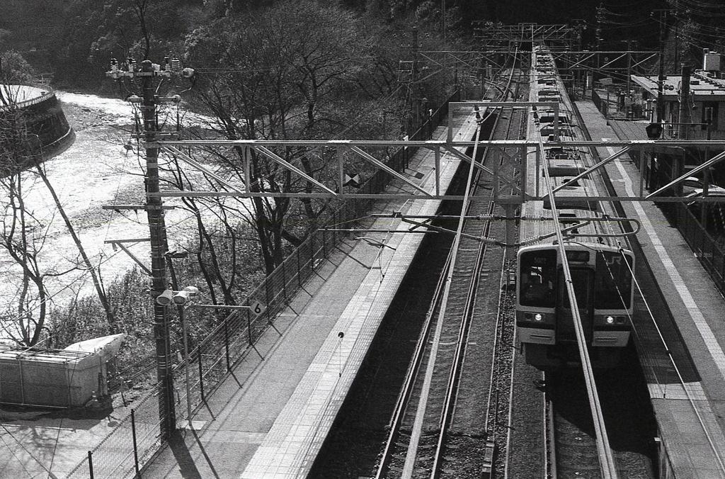 駅ホームと玉野川
