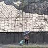 壁画の斜面を歩く