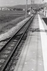 北勢線「おおいずみ」駅ホームに立つ