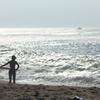 波をさがす彼女 ~浜辺のシルエット