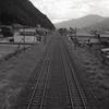 山々の間に交わる線路
