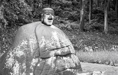 モノクロの万治の石仏