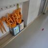 廊下の黄色い傘