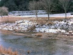 のこり雪の小里川