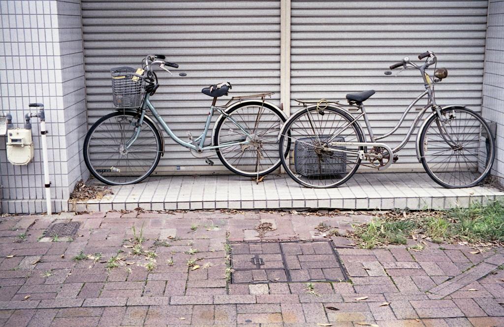 シャッター前の二台の自転車