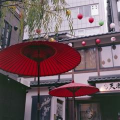 柳に赤い番傘二つ