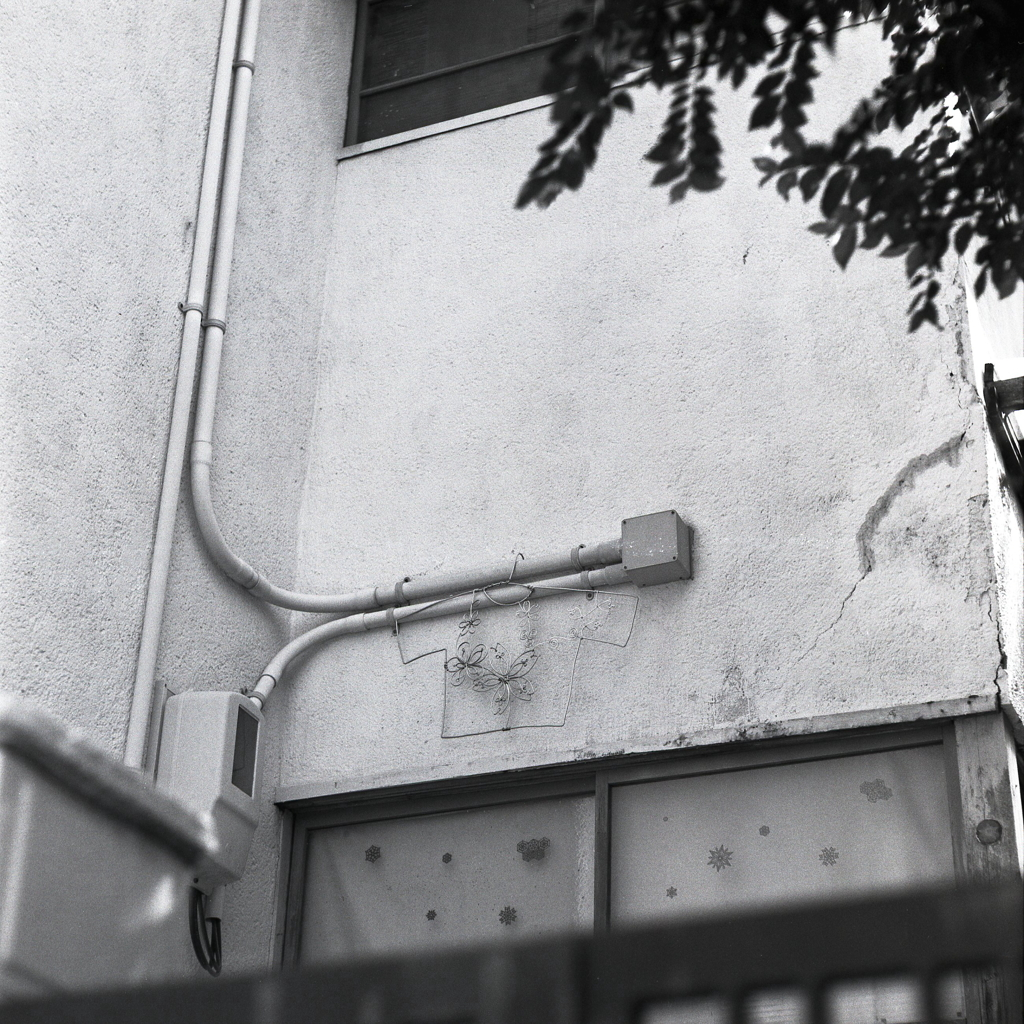 壁にぶら下がる針金アート
