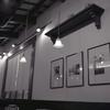 ランプと壁の額  ~SS1/8での撮影でした。