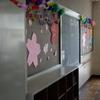 後ろの黒板には桜の切り紙でした。