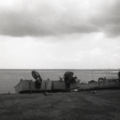 暗雲が翳す浜のボート