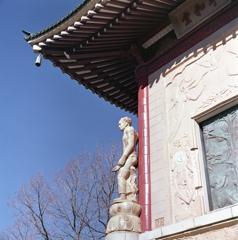 平和堂の四隅の像