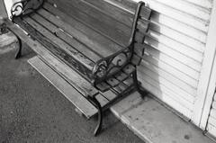 長屋に置かれたベンチ