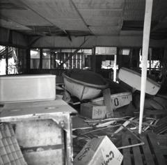廃墟に積まれた手漕ぎボート
