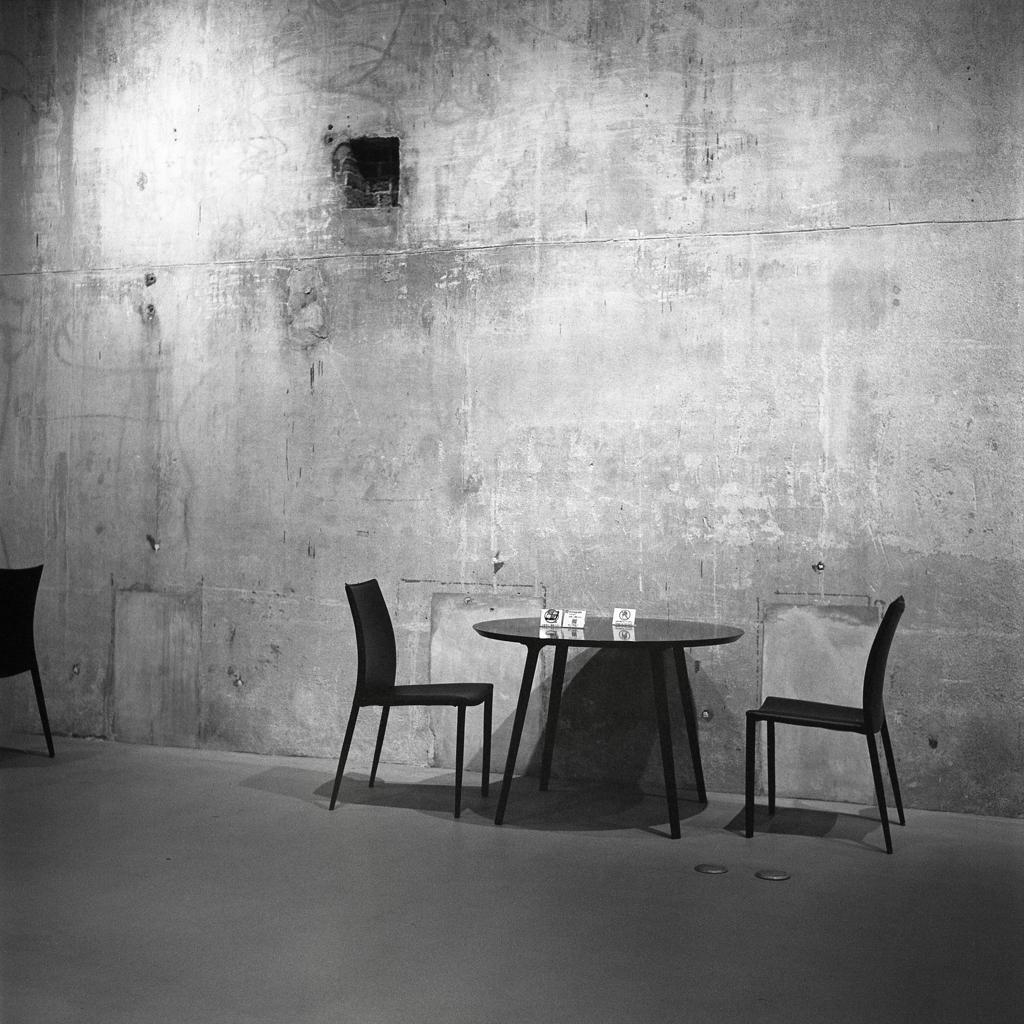 椅子とテーブルのシュールなアングル