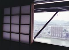 障子窓から木曽川を望む