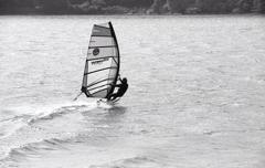 岸から走りだすサーファー
