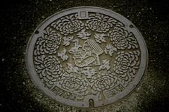 ガリバーと菊のマンホール・アート