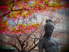 桜と女性像